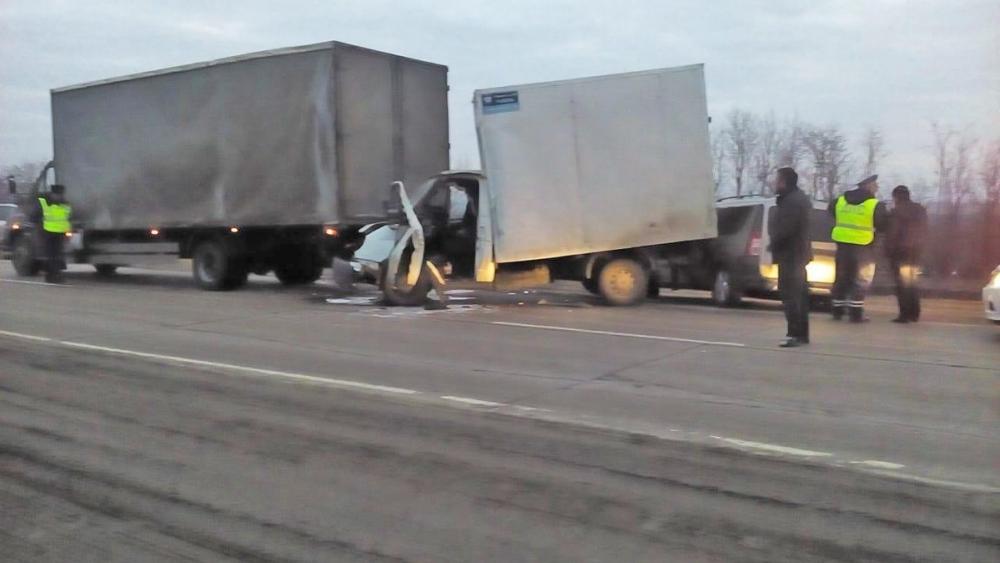 На «Каспии» по цепочке столкнулись три автомобиля, двое человек пострадали