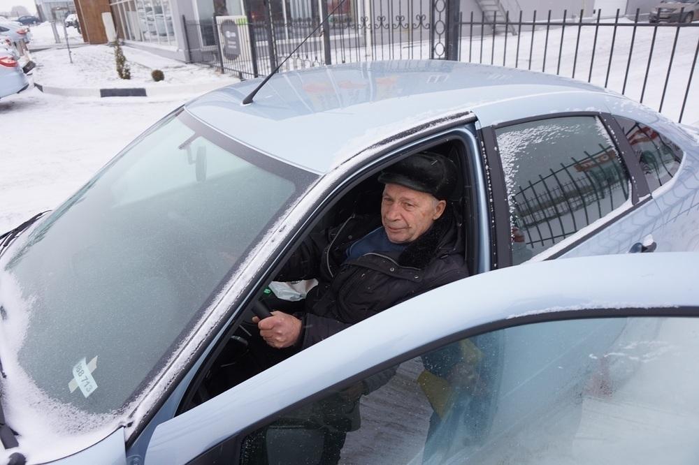 Пятнадцать жителей области получили бесплатные автомобили