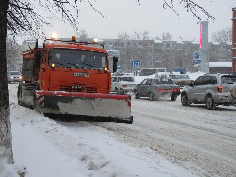 Снегоуборочная техника вышла на дороги Тамбова