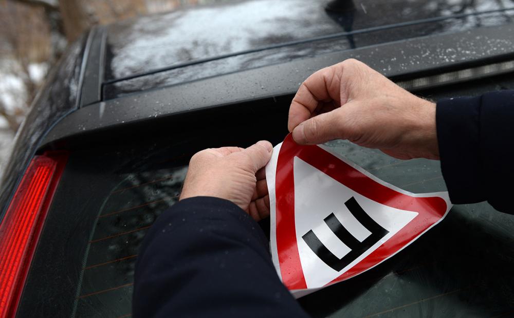 50/50: половина тамбовских автомобилистов ездит со знаком «Шипы», вторая без. Кто прав?