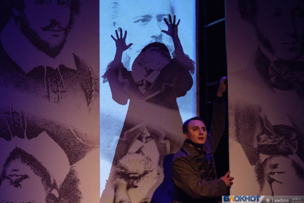 Три гения… Три ведьмы… Три игрока…Молодежный театр устроил предпоказ премьеры сезона