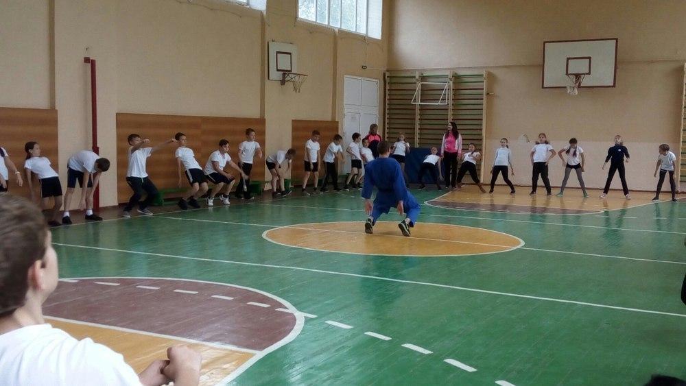Чемпионскую зарядку с учениками тамбовской школы провел мастер спорта по дзюдо