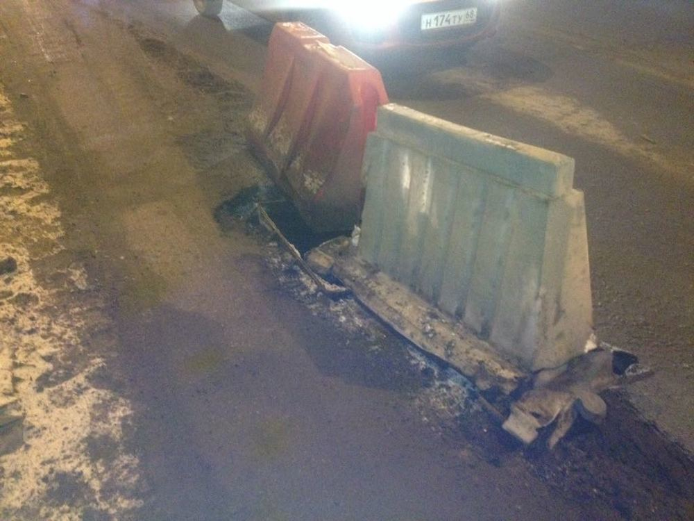 Аварийные ямы рядом с ливневыми колодцами на дорогах в районе центрального рынка угрожают безопасности автомобилистов