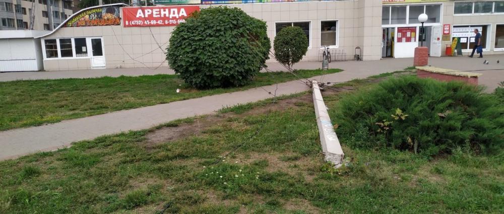 Рухнувший столб на Бульваре Энтузиастов Тамбова ищет своего владельца