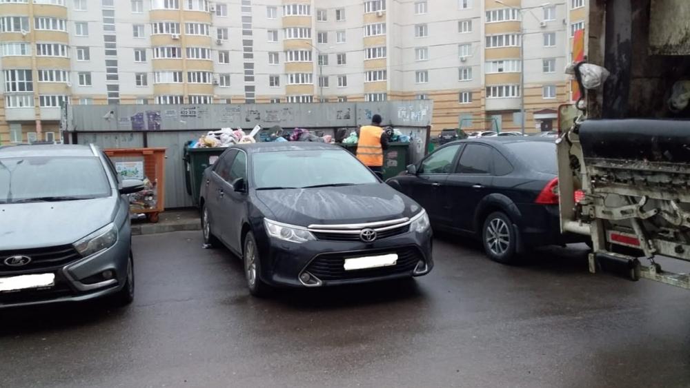 Припаркованные машины мешают вывозу мусора в Тамбове