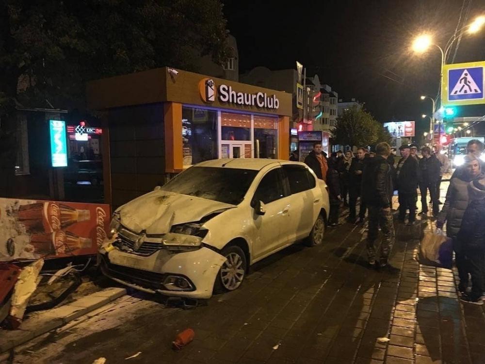 Автоледи на «Рено» сбила пешехода на тротуаре и подвинула ларек