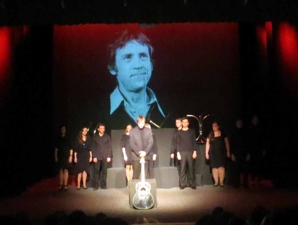В день 80-летия Поэта актёры молодежного театра показали «своего Высоцкого»