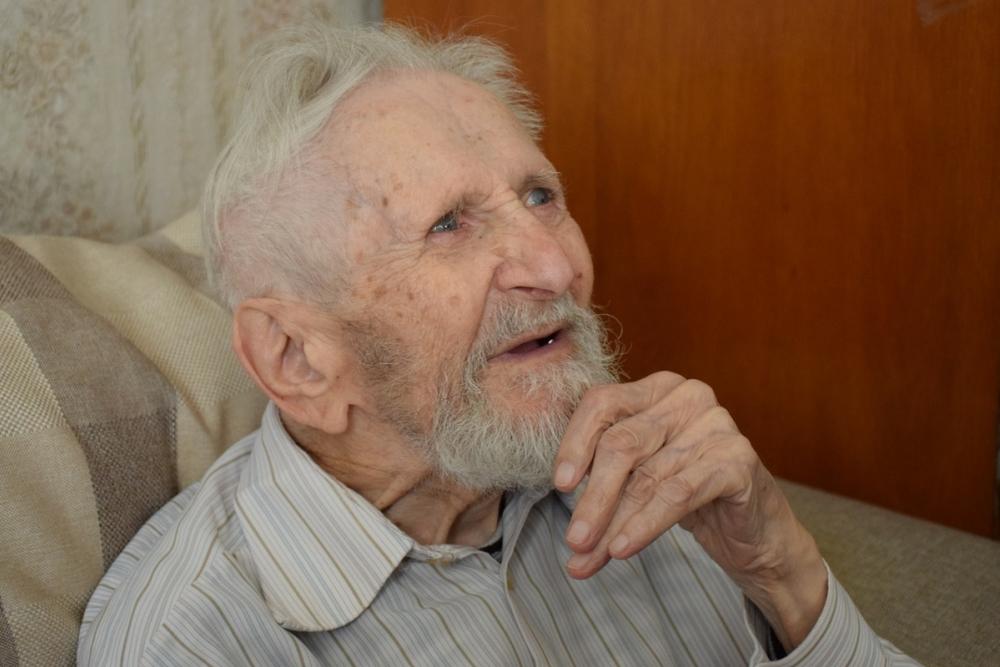 Старейший подводник страны Юлий Ксюнин принимает поздравления с Днем Победы