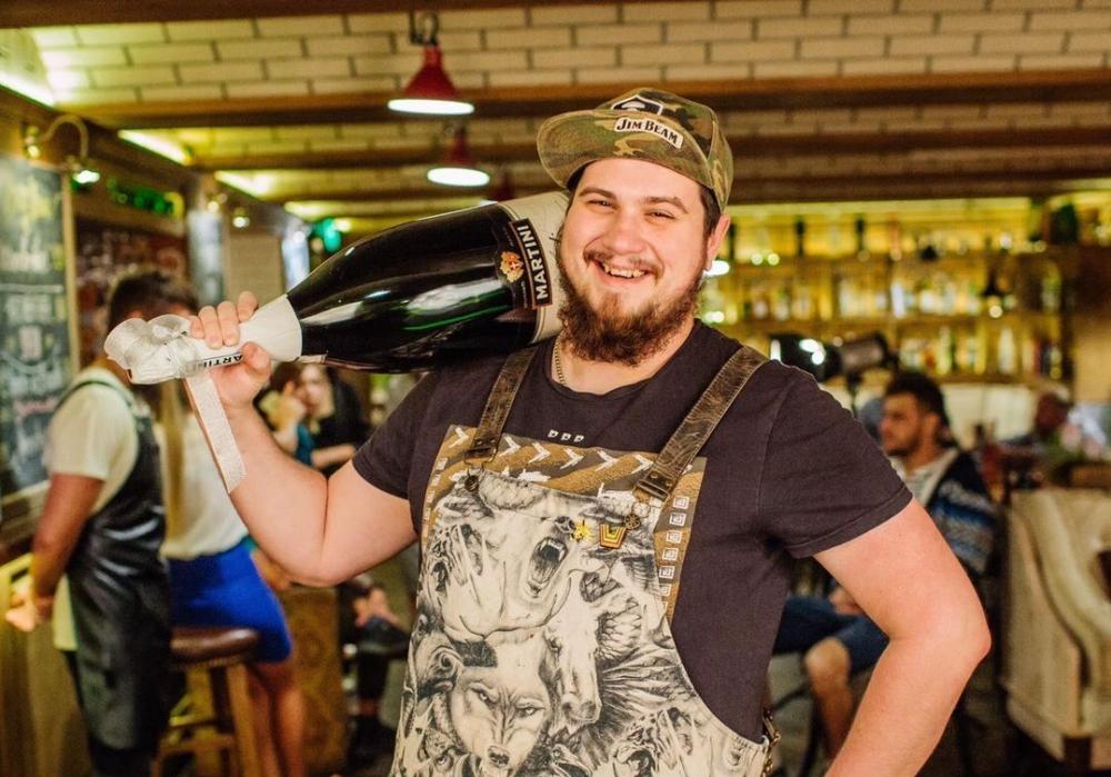 Бармен тамбовского рестобарчика в свой профессиональный праздник поделился рецептом коктейля
