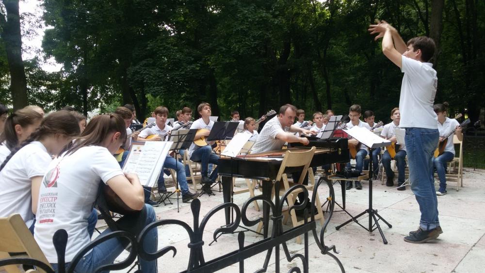 «Оркестр детства»: в парке Асеевых с концертом выступили юные музыканты