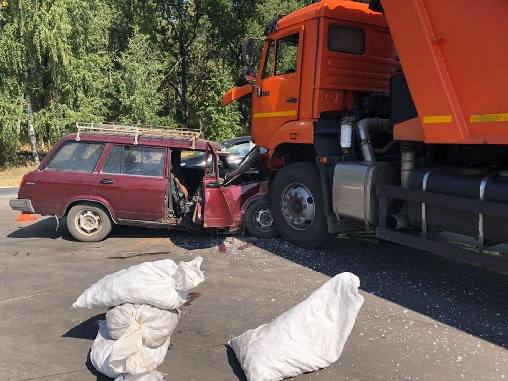 В столкновении «ВАЗа» и «КамАЗа» пострадали двое