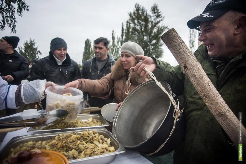 В рунете разгорелись споры: действительно ли на Покровскую ярмарку люди приходили с ведрами за бесплатной едой