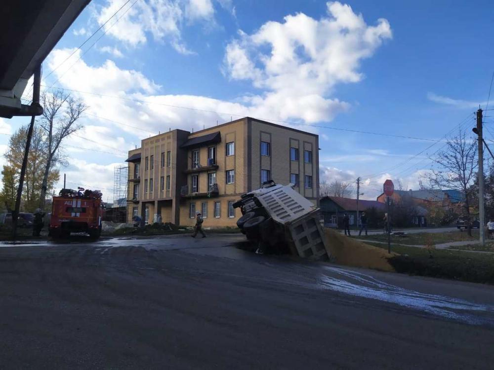 Под Лермонтовским мостом перевернулся грузовик