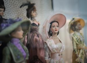 Коллекционные модницы Барби выставлены в картинной галерее