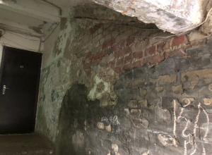 Ободранные до кирпича стены, грибок, неприятные запахи и удручающая атмосфера – реалии общежития на Моршанском шоссе.