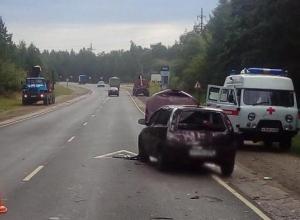 Дама на «Opel» догнала лесовозный «Урал» в Рассказовском районе и попала в больницу