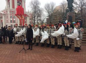 Белые шары вместо журавлей выпустили у Зои в честь Дня героев Тамбова