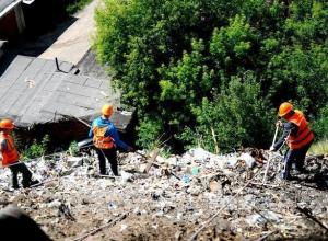Только промышленные альпинисты смогли добраться до мусорных завалов на улице Степной