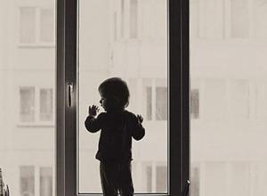 Двухлетняя девочка выпала из окна на девятом этаже
