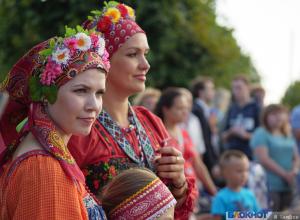 Яблоки, мёд и концерт – в Парке Победы прошла праздничная программа