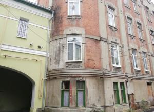 Деревья на крыше, рухнувший потолок и свалка у сливной ямы: жилой дом в центре Тамбова разваливается на глазах