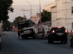 В Тамбове автобус ПАЗ «оседлал» иномарку