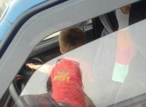 В Красненькой дети, оставленные родителями в машине, чудом избежали беды.