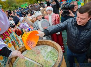 Во второй день Покровской ярмарки губернатор солил картошку, готовил окрошку и дарил розы Алене Апиной