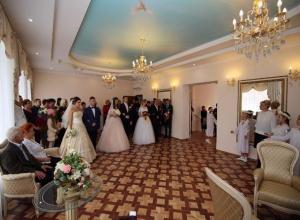 Влюбленные Мичуринска создали семьи в новом ЗАГСе в присутствии чиновников и священников