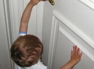 На двухлетнего ребенка упала железная дверь в Первомайске