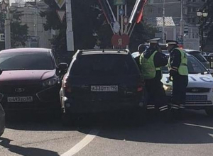 Понты на «Понтиаке». Пьяный водитель проехал по скверу Петрова и врезался в машину ГИБДД