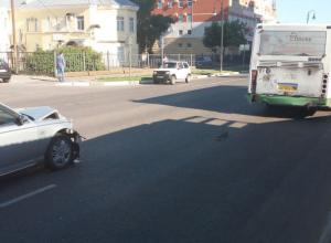 Не с той ноги встал: в Тамбове водитель иномарки «не заметил» перед собой автобус