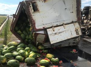 «Citroen» опрокинул «КамАЗ» с арбузами и заблокировал «Каспий» в Тамбовском районе