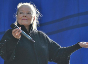 «Это в Питере мне грустно было, а в Тамбове я смеюсь, смеюсь, смеюсь», - спела Людмила Сенчина на открытии IV Покровской ярмарки