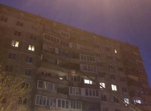 В девятиэтажке на Энгельса полыхает балкон