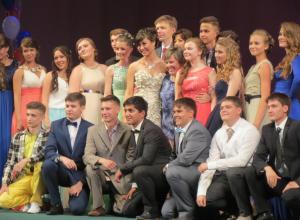 Выпускников школ поздравили первые лица области