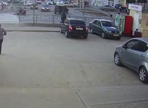 Авария с мотоциклистом на улице Чичерина попала в объектив камеры видеонаблюдения