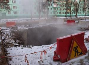 Огромная яма парит и «ароматизирует» улицу Куйбышева уже неделю