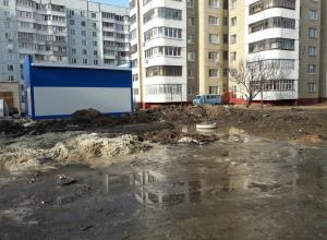 На улице Чичерина с приходом весны дворы стали похожи на места бомбежек