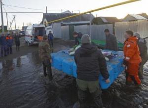 На модульном понтоне эвакуировали спасатели 98-летнюю жительницу Бокино, получившую травму