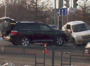 «Лада» снесла ограждение после встречи с «Toyota Highlander»