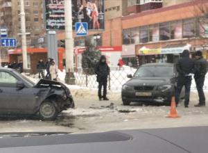 На одном перекрестков центральных улиц Тамбова столкнулись две легковушки