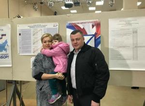 Александр Никитин пришел на избирательный участок с семьёй