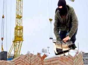 Находчивый житель Первомайского района воровал стройматериалы с работы, чтобы сделать дома ремонт
