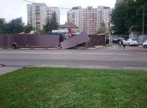 Пьяный водитель снес забор в центре Тамбова