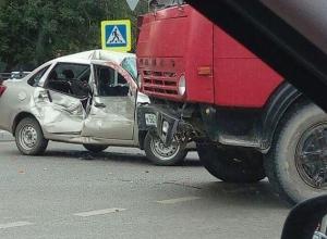 »Renault Logan» и КамАЗ не поделили перекресток в Тамбове