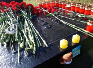19 свечей в память о 19 погибших возложили к керченскому мемориалу в Тамбове