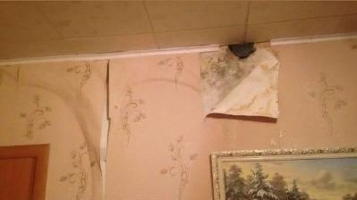 До пожара подать рукой: в доме на Астраханке замыкает электричество от протекающей крыши