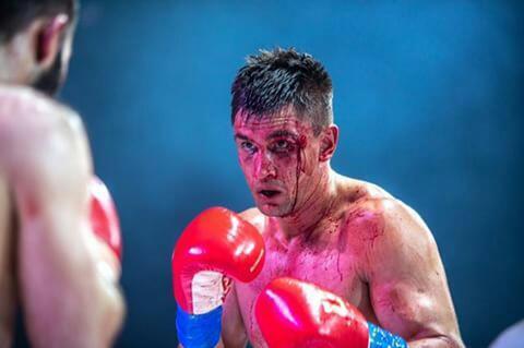 Разбитая бровь и заливающая лицо кровь не помешали Артуру Осипову защитить свой пояс чемпиона СНГ