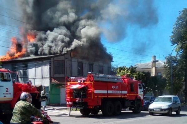 Проезд по Карла Маркса был перекрыт из-за горящего дома, который тушили пять пожарных расчётов